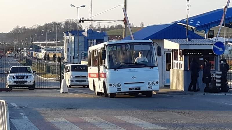 На пунктах пропуску «Рава-Руська – Гребенне» та «Краковець – Корчова» рятувальники допомагають громадянам України, які повертаються додому