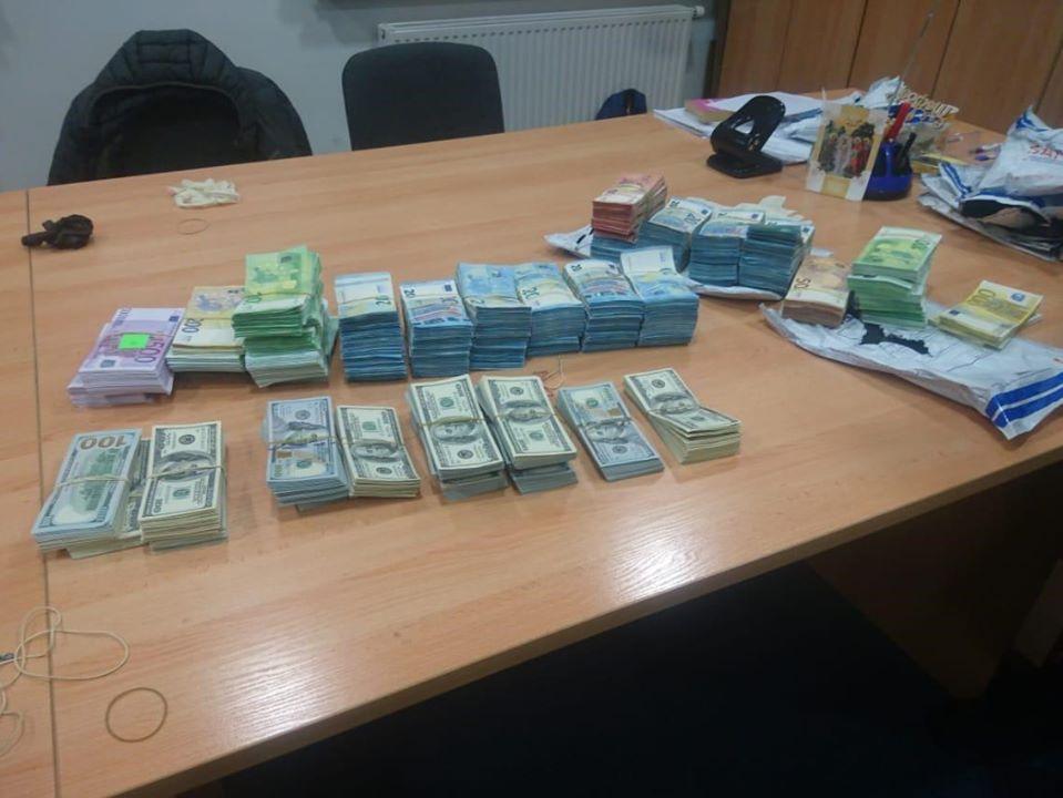 Пів мільйона євро і майже чверть мільйона доларів вилучили на митниці в Угринові