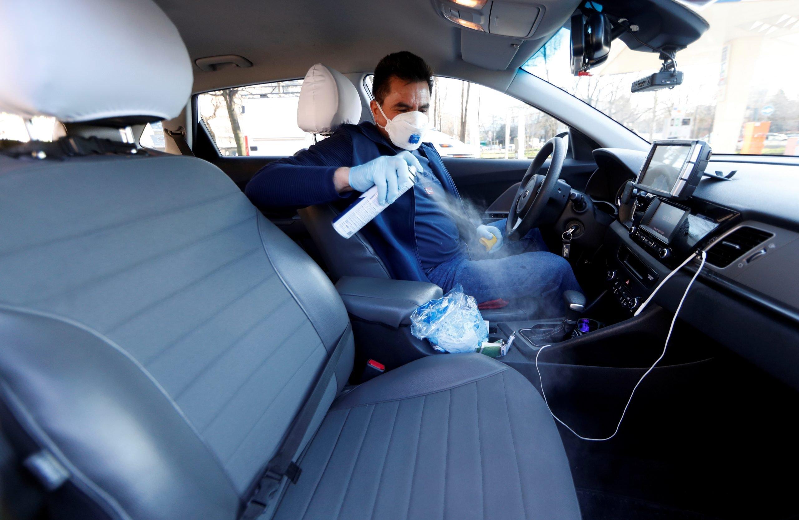 Більше, ніж двоє? – У поліції пояснили скільки людей можна перевозити в машині під час карантину
