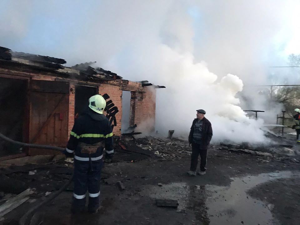 На Сокальщині внаслідок пожежі вогнем знищено 2 господарські будівлі та 3 мотоцикли