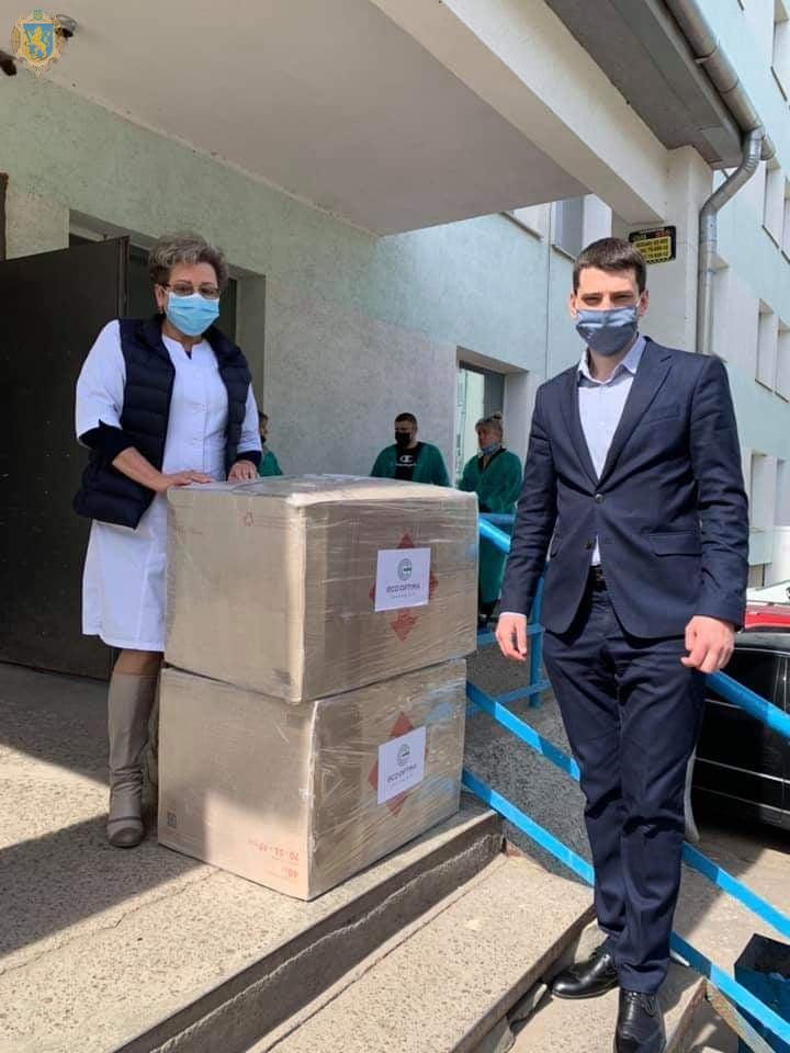 Два медичні заклади Сокальського району отримали 500 захисних костюмів для медичних працівників