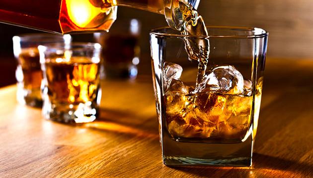 Вживання алкоголю не знижує ризик захворіти на COVID-19
