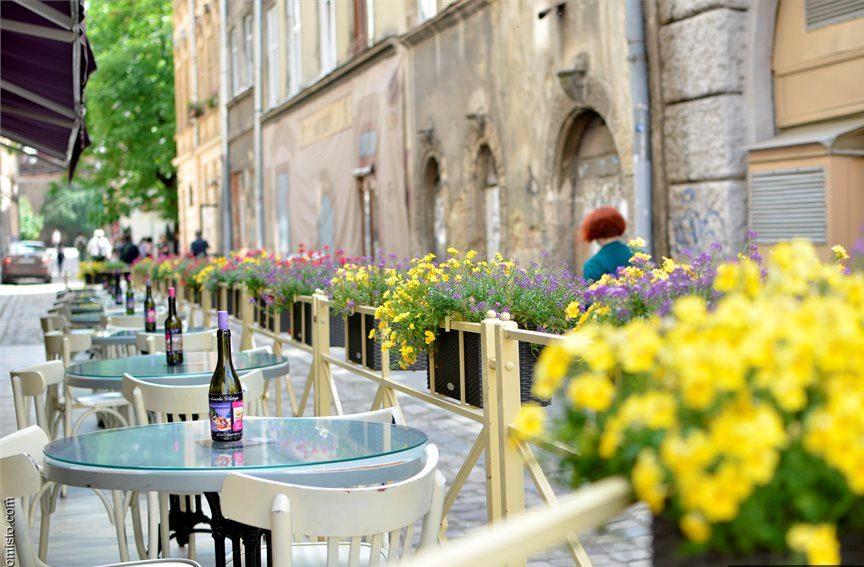 Літнім майданчикам кафе і ресторанів під відкритим небом дозволять працювати