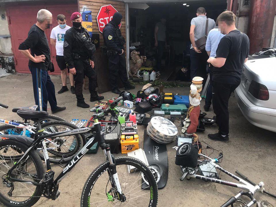 Поліцейські викрили злочинну групу, причетну до крадіжок з автомобілів та гаражів на Сокальщині (фото)