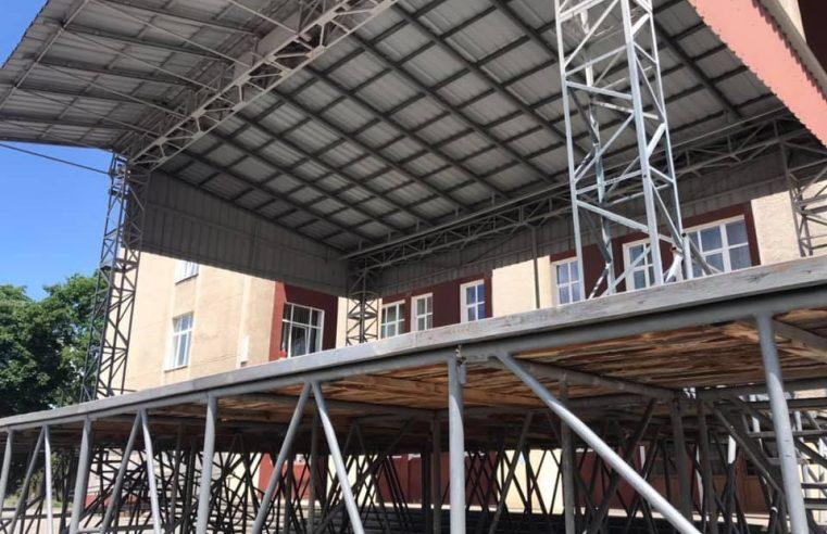 Сцену в Червонограді навпроти Народного дому – демонтують