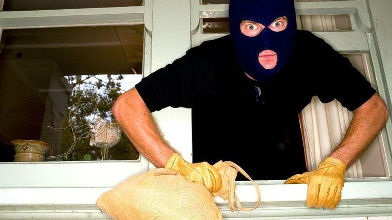 """Заліз у квартиру, але пограбувати не встиг: 18-річного червоноградця зловили """"на гарячому"""""""