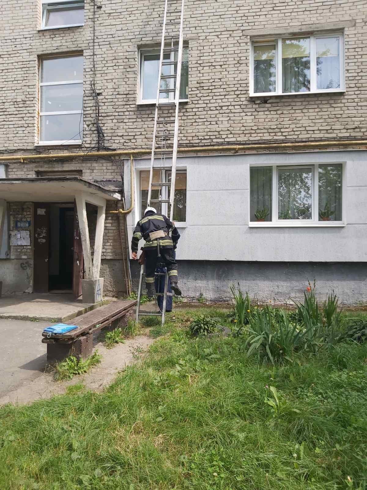 4 серпня рятувальники в Червонограді загасили пожежу та допомогли чоловіку, який зачинився у квартирі