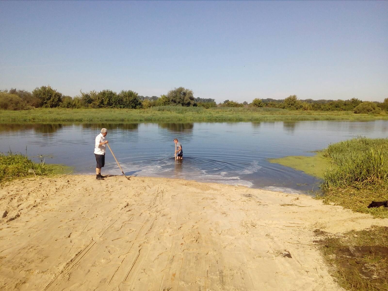 Сокальські комунальники прибрали міський пляж біля Західного Бугу, але чи можна купатися у річці?