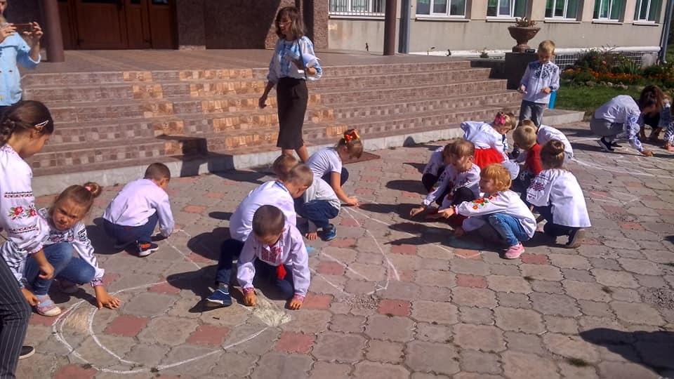 День Миру на Сокальщині відзначили у вишиванках і малюнками на асфальті