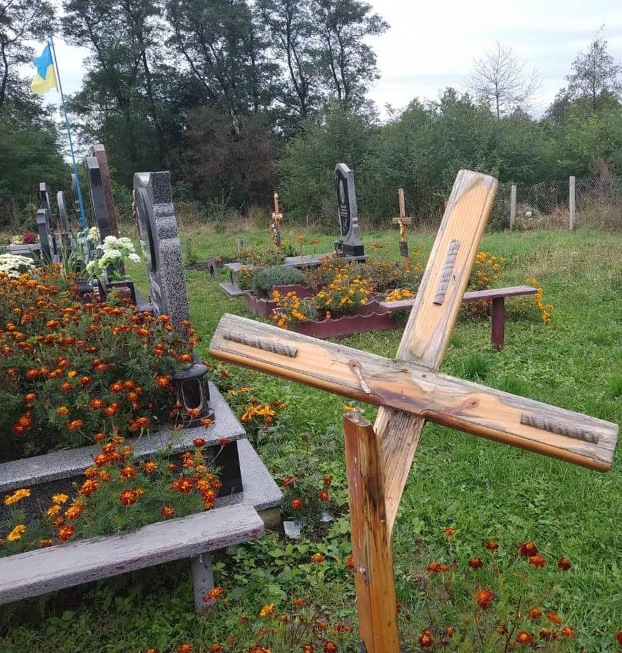 Поламав хрест та відірвав розп'яття Ісуса – на Сокальщині зловмисник вчинив наругу над могилами