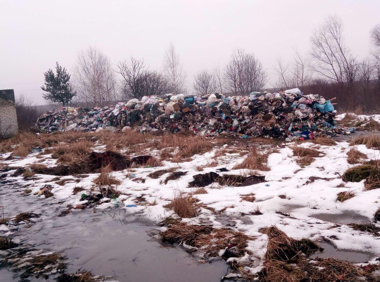 Несанкціоноване сміттєзвалище – так назвали гору сміття, яка з'явилася за одну ніч біля села Острів Червоноградського району