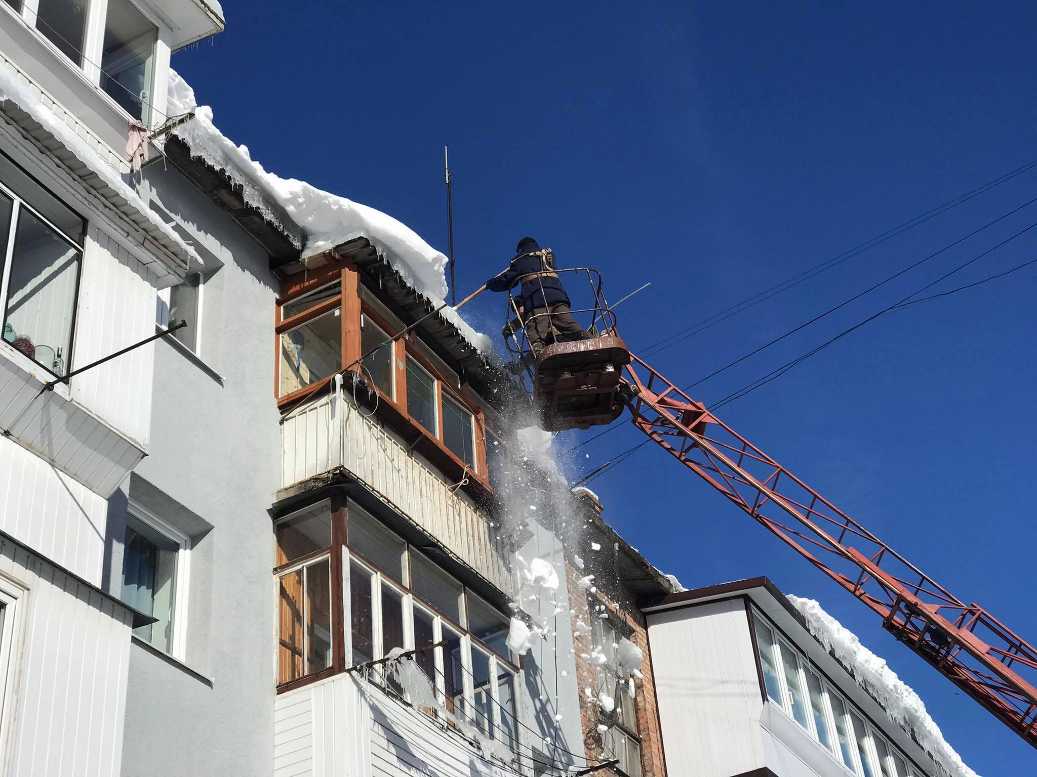 Працівники КП «Червонограджитлокомунсервіс» знімають льодові бурульки та снігові насипи з дахів будинків
