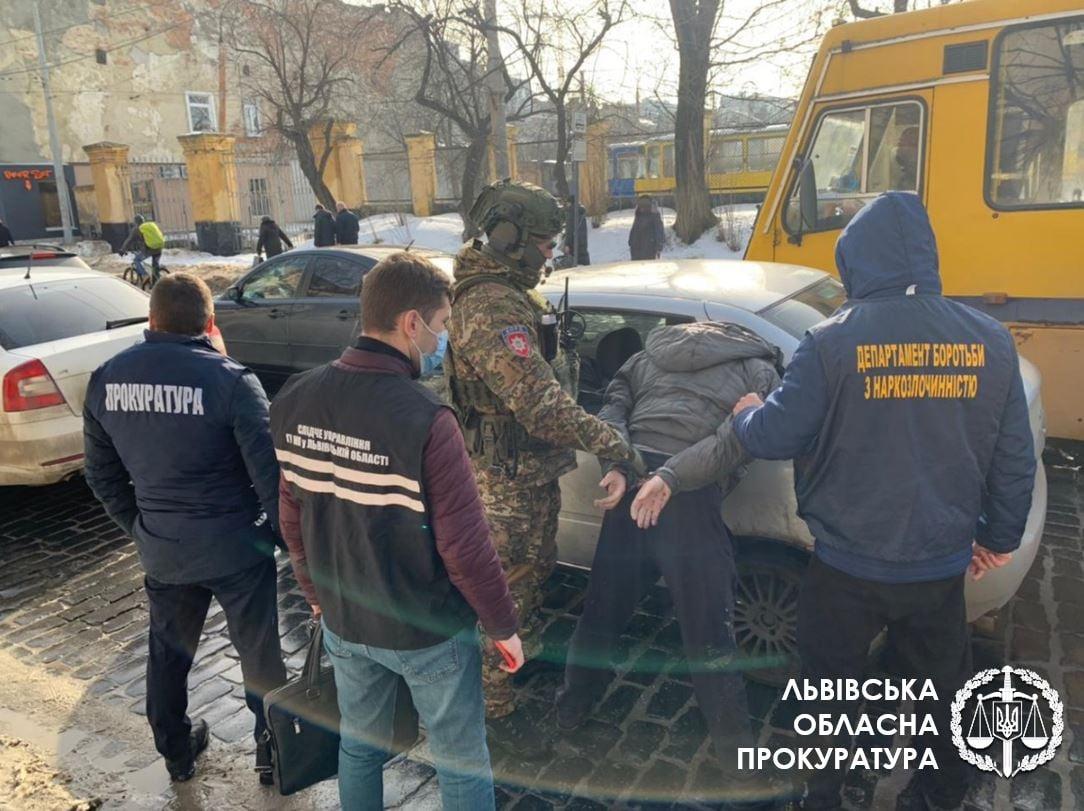 """У Львові затримали групу наркозбувачів, у якій """"працював"""" і червоноградець. За день наркоторговці заробляли до 60 тисяч грн"""