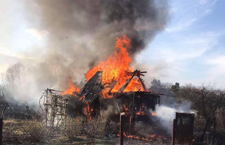 У Сільці через спалювання сухої трави згорів дачний будинок