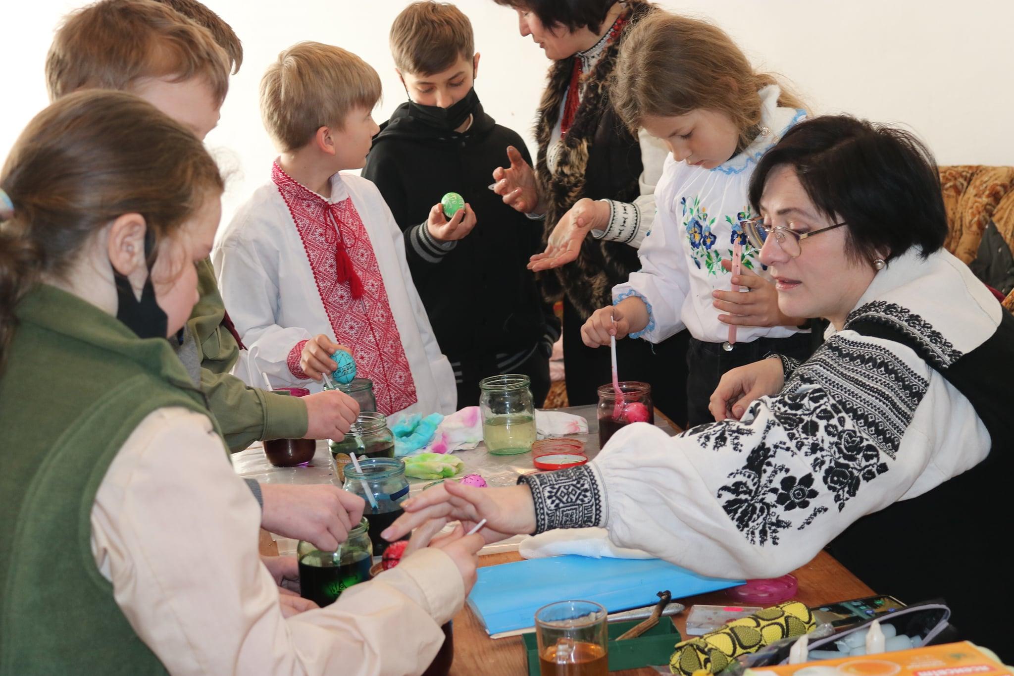 Сокальські майстрині Ірина Мандрик та Ольга Ровецька навчали дітей  історичних писанкових традицій