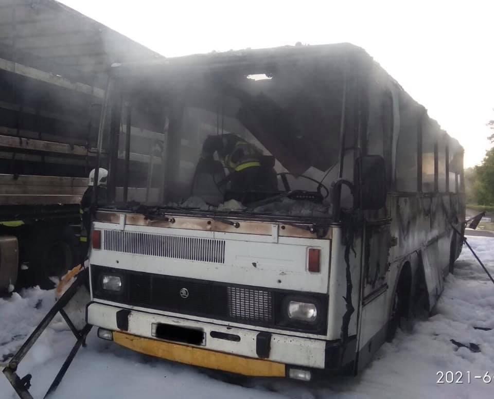 У Червонограді біля заправки вщент згорів автобус