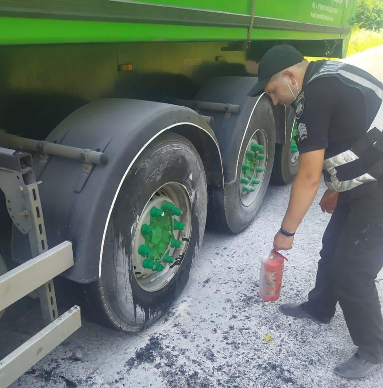 Колесо загорілося під час руху! Біля  Тартакова на Сокальщині поліція допомогла водію вантажівки (відео)
