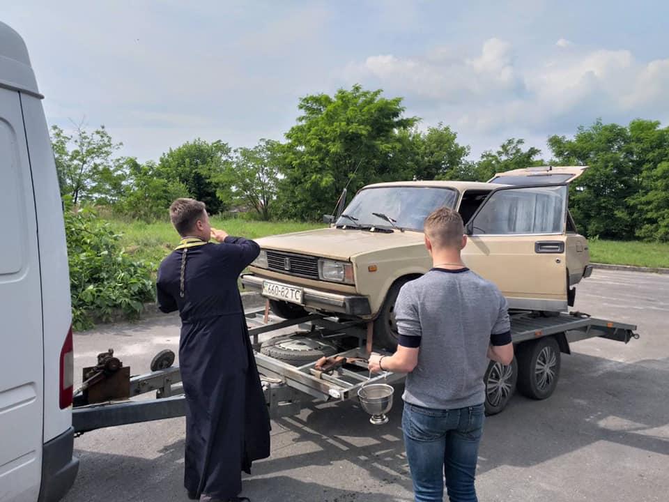 Червоноградські волонтери повезли для  військових на передову  автомобіль ВАЗ 2104