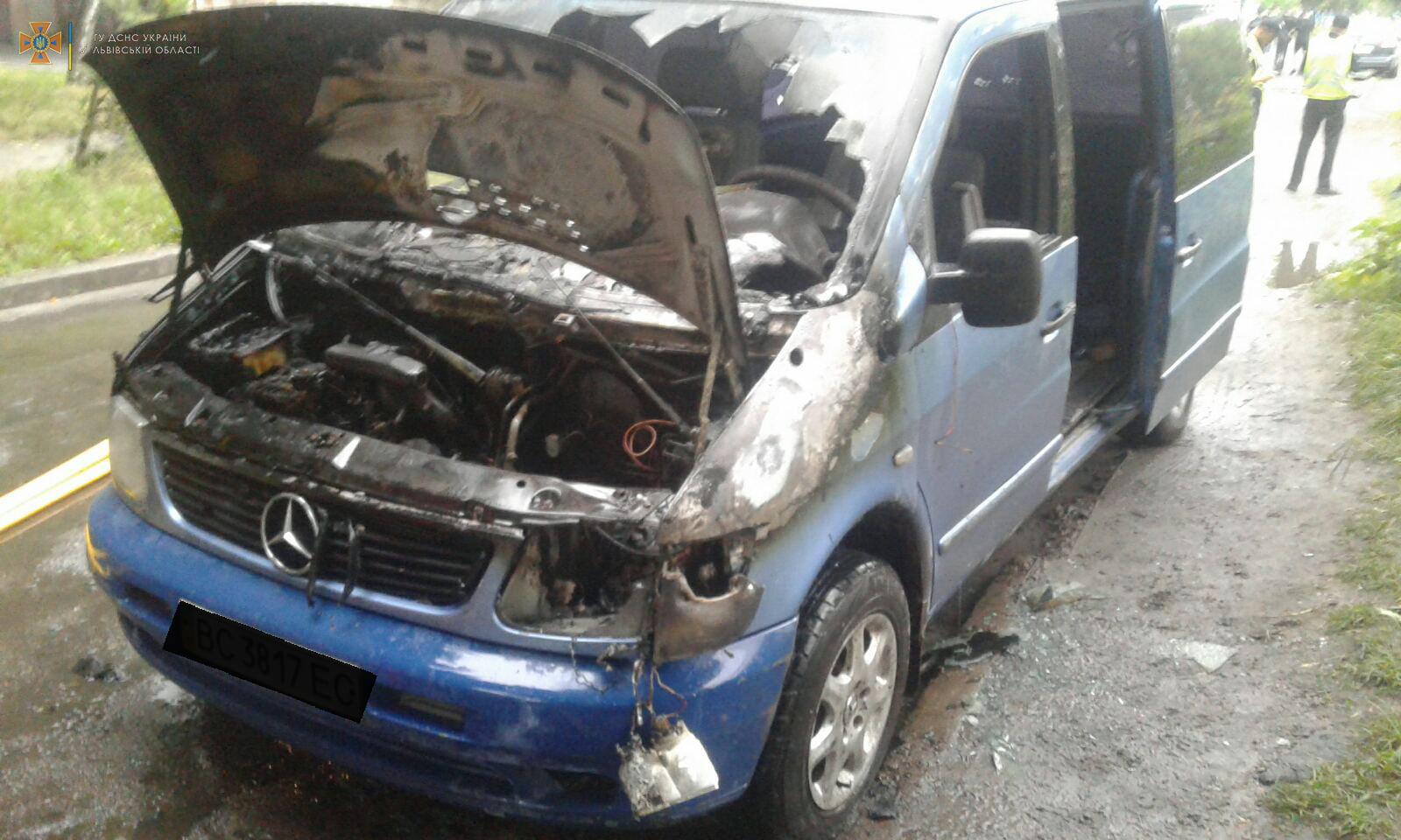 В Червонограді вночі ледь не згорів автомобіль