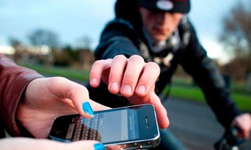 Вирвав з рук телефон, гроші і втік – в Червонограді на вулиці пограбували чоловіка