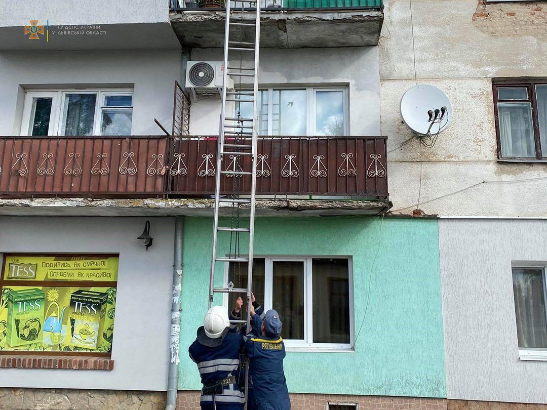 У Радехові рятувальники надали доступ до квартири, де знаходилася жінка, яка потребувала медичної допомоги