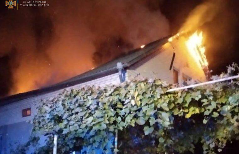 Пожежу у Боб'ятині гасили 12 рятувальників: згорів дах будинку і речі домашнього вжитку