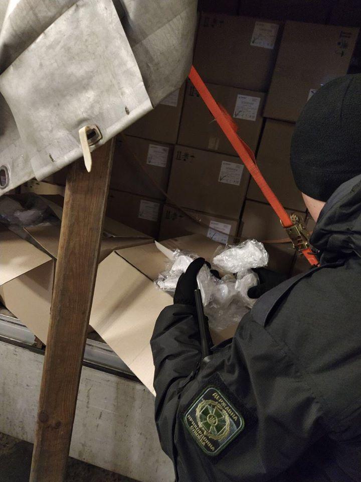Прикордонники Луцького загону завадили вивезенню з України 50 тисяч респіраторних масок