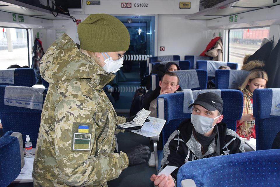 В Україну з Польщі евакуйовано поїздами ще 1153 громадян