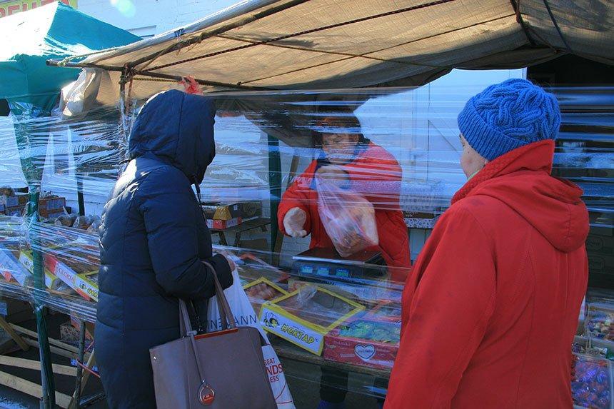 """Антисептики на вході та не більше одного покупця на 10 """"квадратів"""": які вимоги у МОЗ щодо відновлення роботи продовольчих ринків?"""