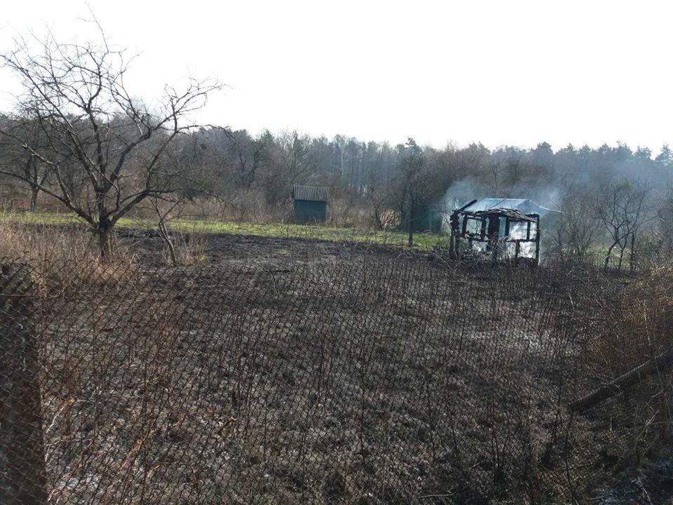 Палили траву, а згоріли три дачні будинки