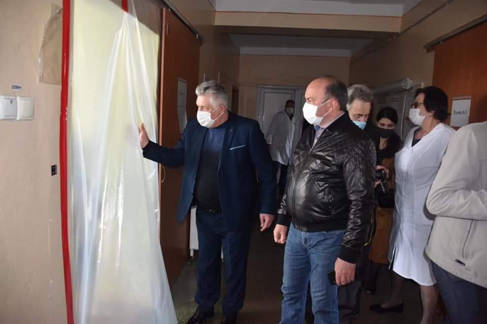 Голова Львівської обласної партійної організації ВО «Батьківщина» Михайло Цимбалюк передав Сокальській ЦРЛ захисні костюми та маски