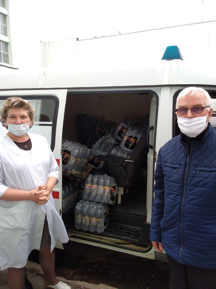 """БФ """"Карітас-Сокаль"""" передав допомогу від PepsiCo Ukraine у вигляді 1800 л води """"Пепсі""""для лікарів Сокальської та Червоноградської лікарень(фото)"""