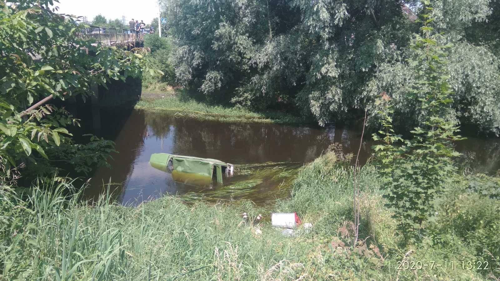 Смертельна ДТП в Червонограді – машина в річці: поліція шукає свідків