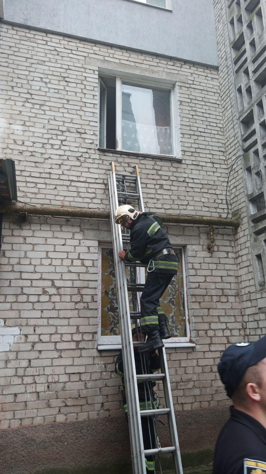 Рятувальники допомогли 87-річній червоноградці, яка зачинилась у власній квартирі