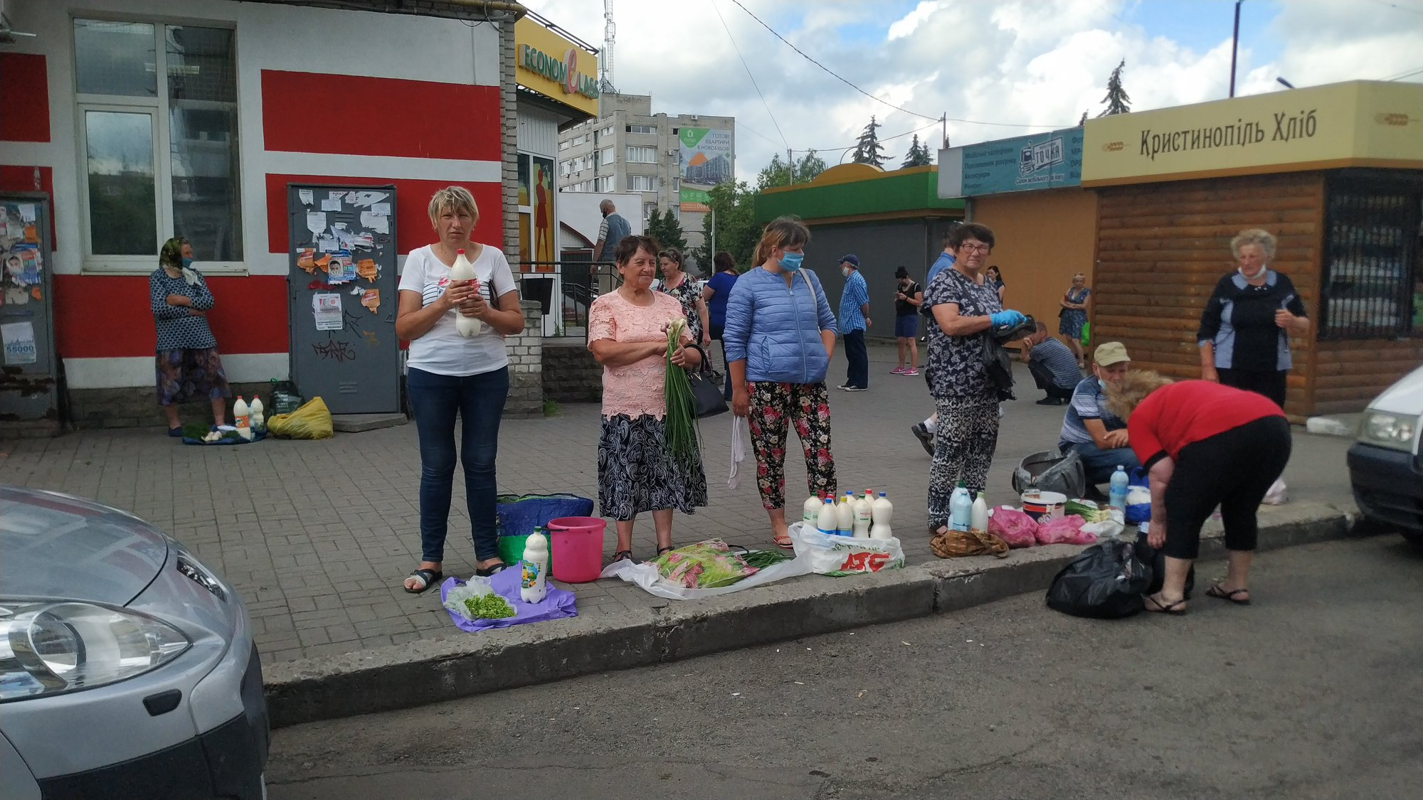 Із прилавка чи з асфальту? Чому в Червонограді не вдається викорінити стихійну торгівлю?