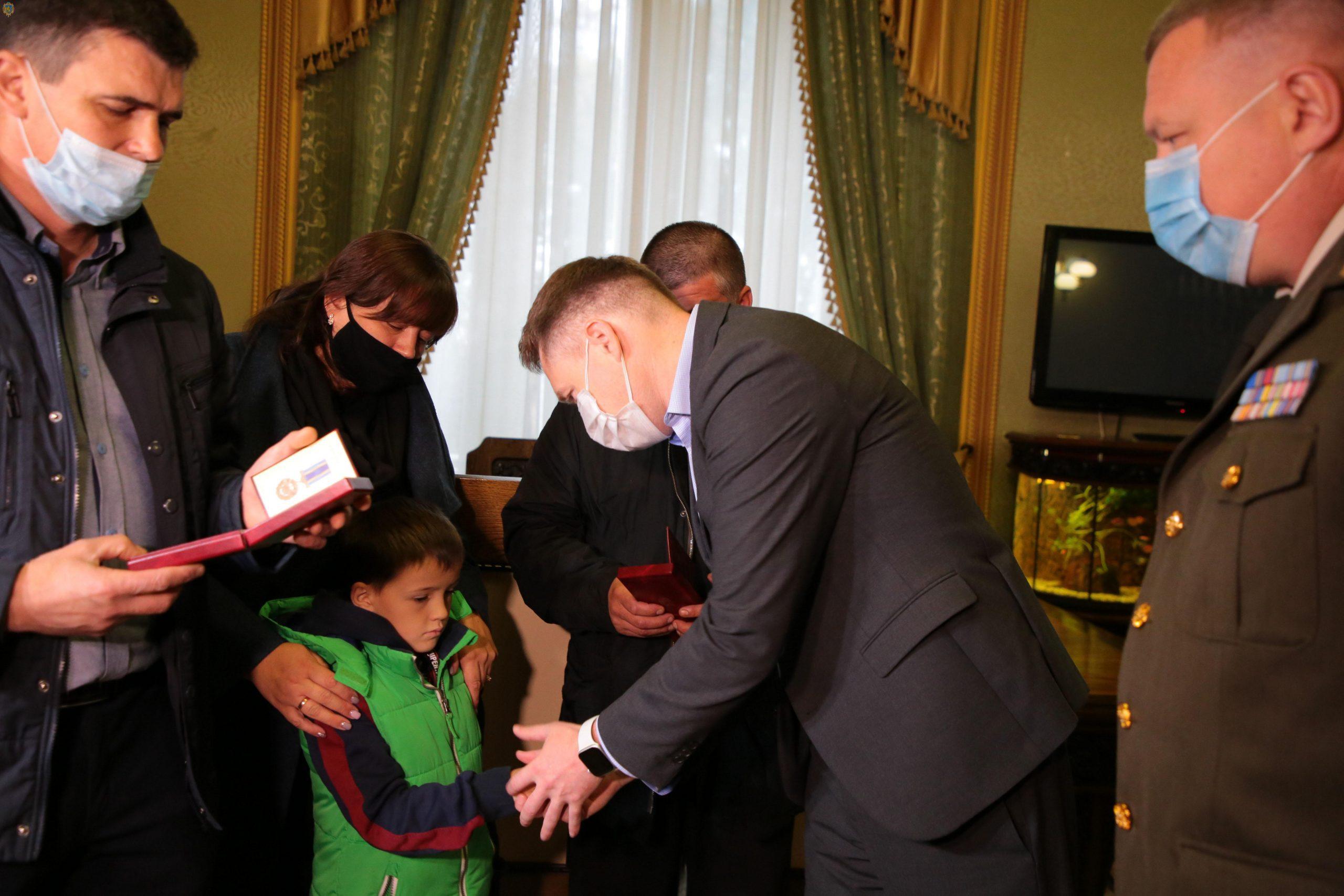 Посмертна нагорода. Батькам Віталія Вільхового вручили синову медаль «За військову службу Україні»