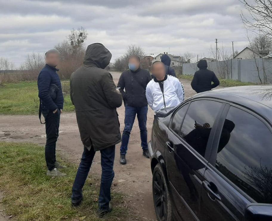 У Червонограді поліцейські затримали зловмисника, який вимагав 100 тис грн у місцевого мешканця