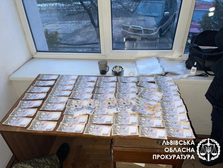 70 тис грн за безперешкодний відпуск деревини – затримано керівника одного з лісгоспів Львівщини