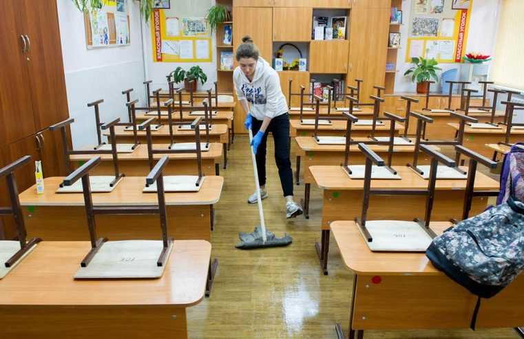 Школярам заборонили прибирати класи