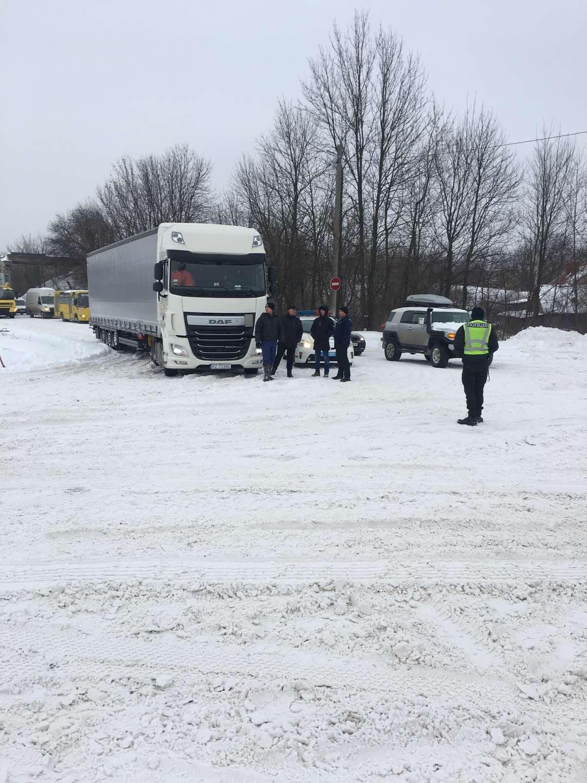 Червоноградські рятувальники відбуксирували дві вантажівки