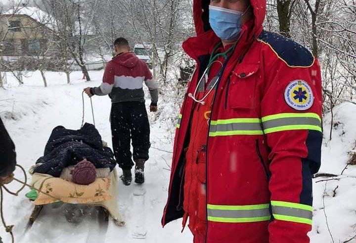 На Жовківщині медики швидкої везли хвору з інфарктом на санях