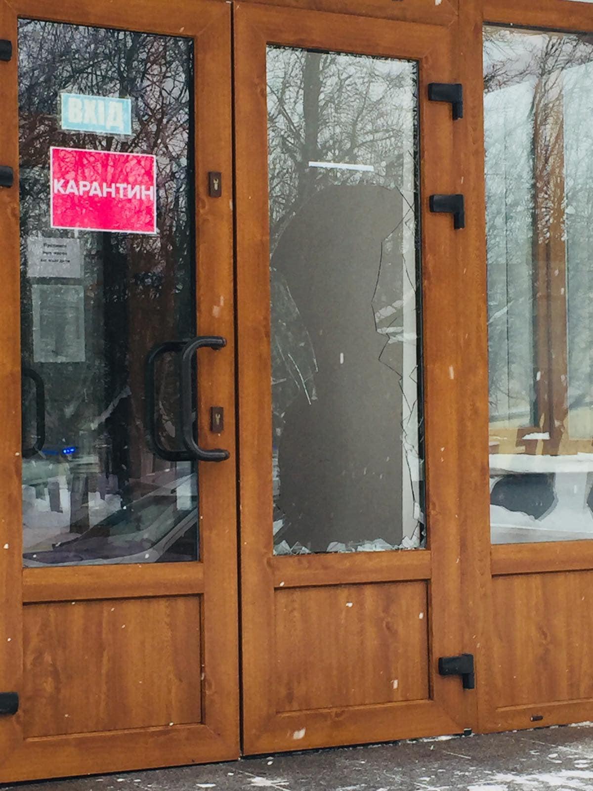 У Червоноградській міській раді розбили вхідні двері