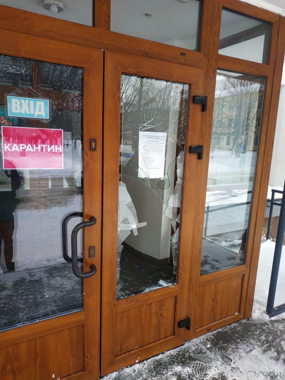 Червоноград: двері в міській раді розбив 36-річний п'яний чоловік