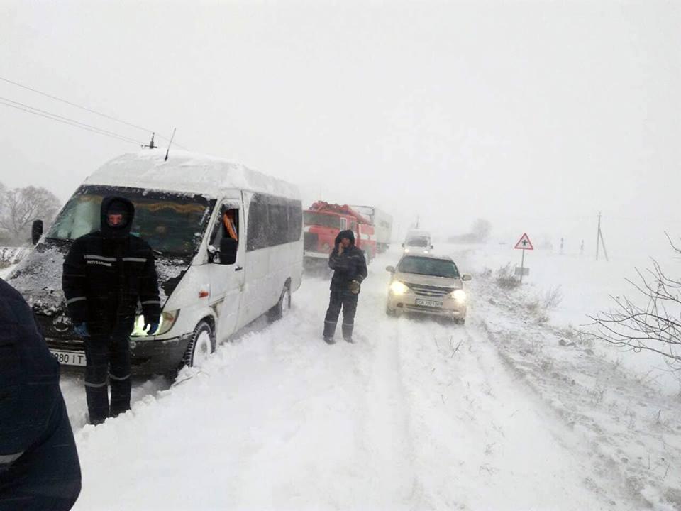 12 автомобілів зі снігової пастки витягли рятувальники біля с.Острів Червоноградської ОТГ