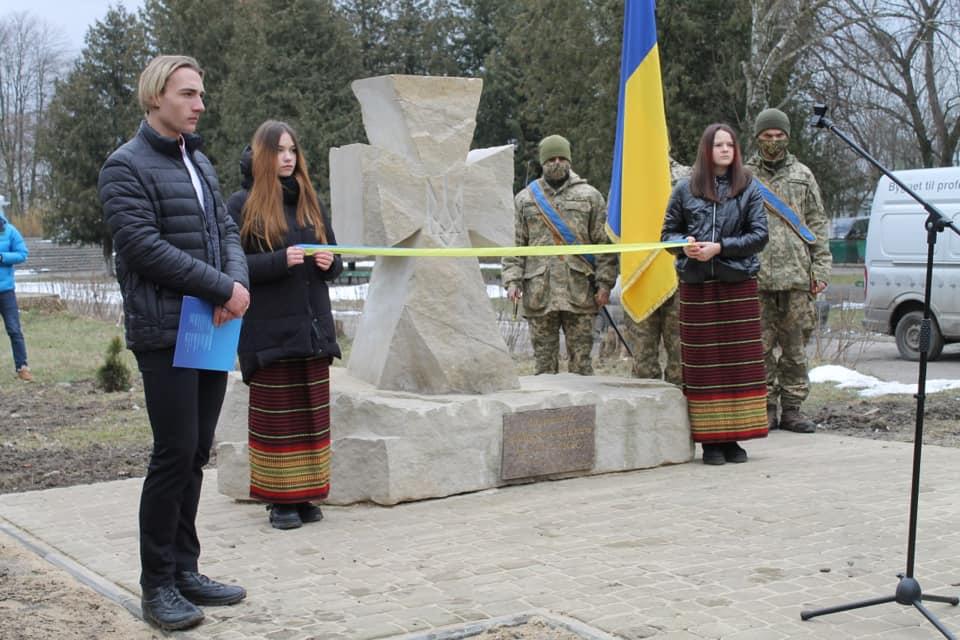 В Червонограді відбулось відкриття й освячення пам'ятного знака «Загиблим воїнам-землякам в АТО-ООС»