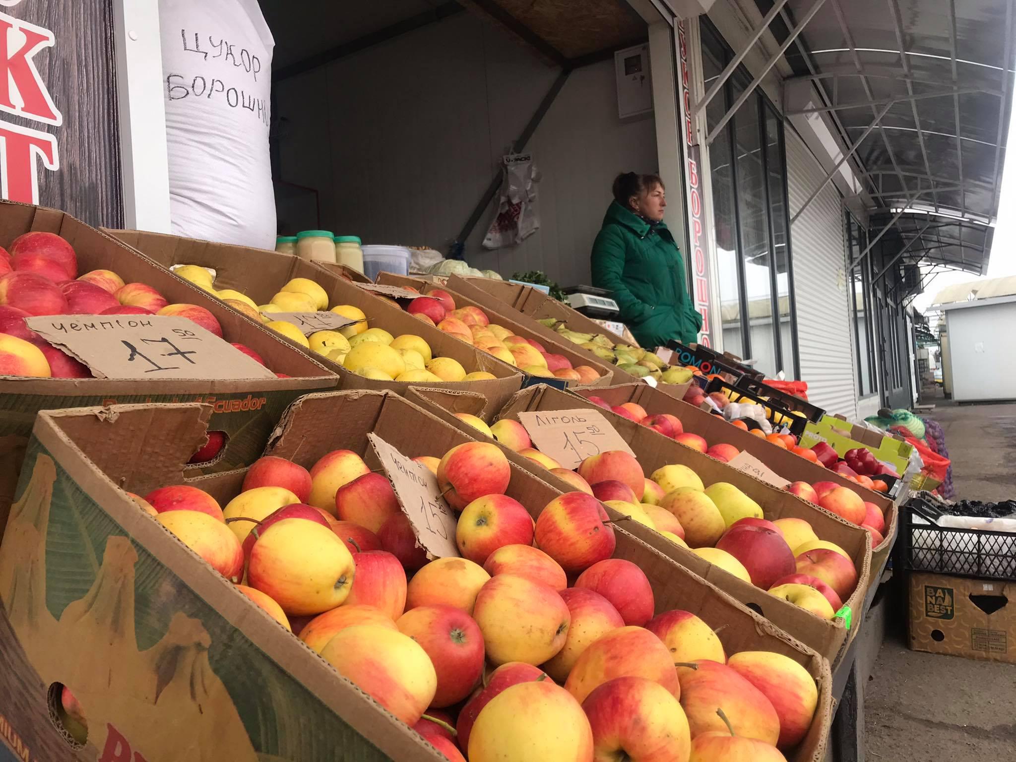 Овочевий ринок в Червонограді відкрито давно. Але чи купуєте ви з впорядкованого прилавка чи просто з землі біля автовокзалу?