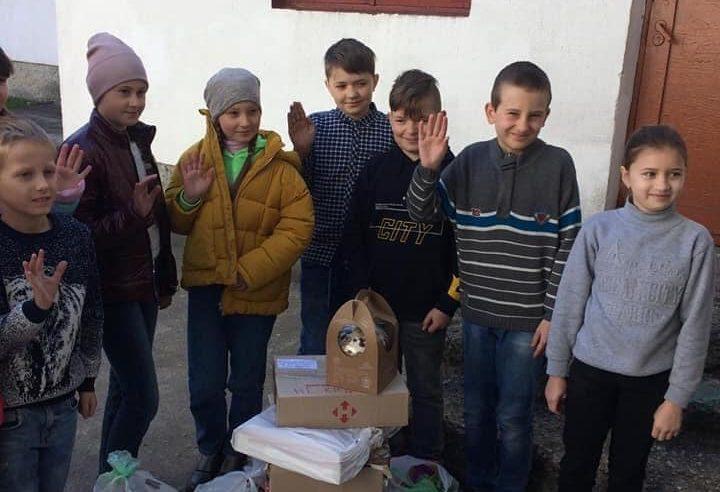 Волонтери ГО «Автомайдан Червоноград» та ГО «Суспільна перспектива» зібрали й повезли для захисників великодні смаколики та дитячі листівки