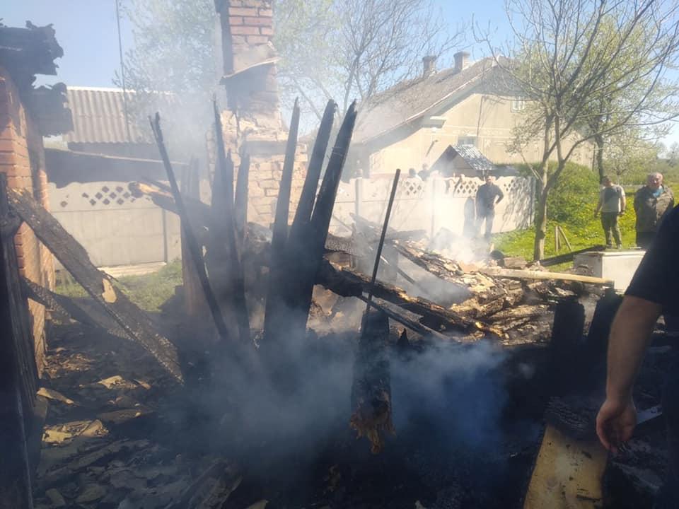 Червоноградський район: в селі Двірці згоріла літня кухня