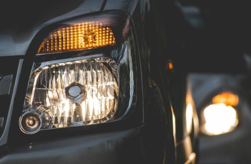 До уваги водіїв: змінюються правила користування ближнім світлом