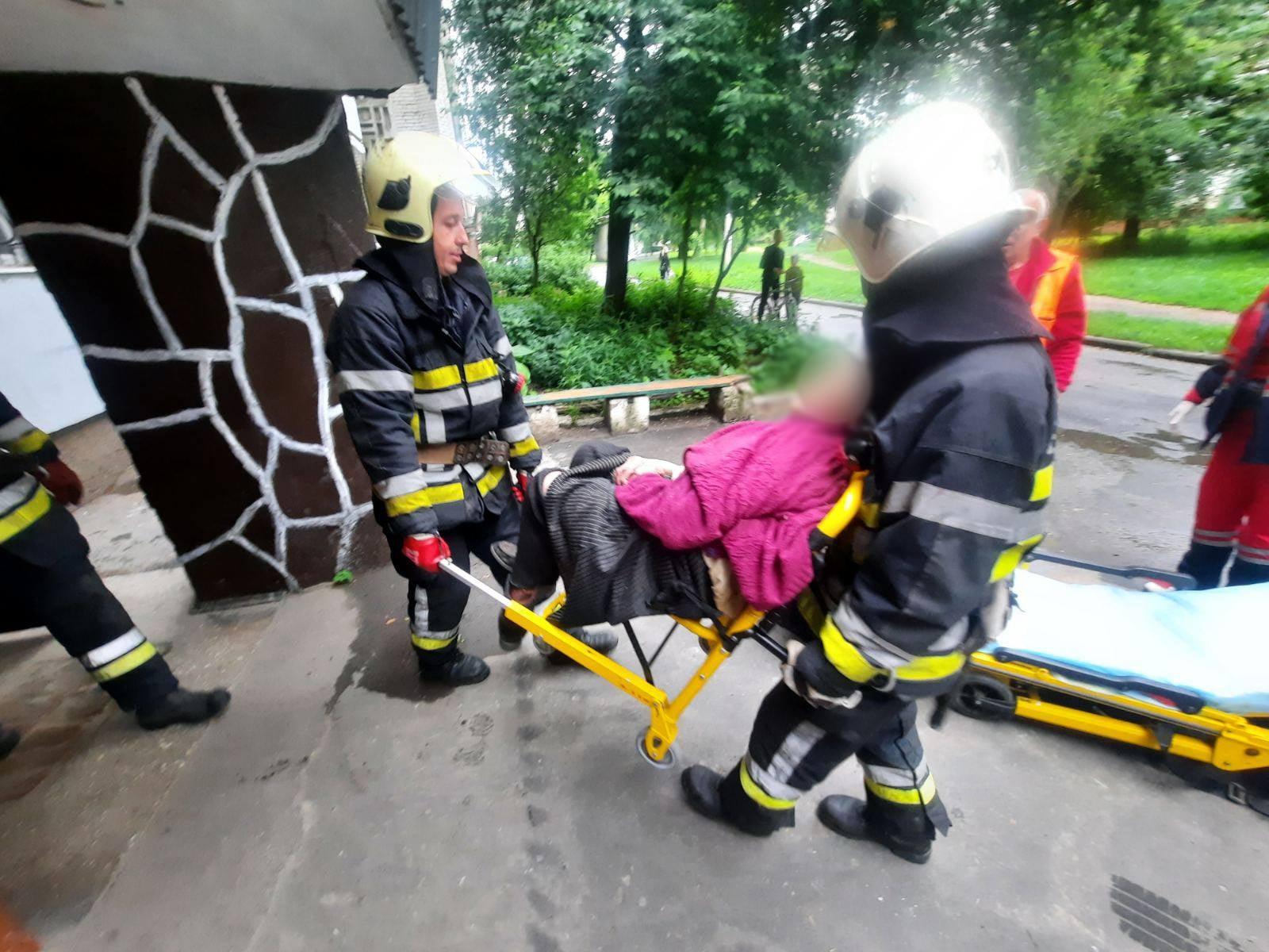 Червоноградські рятувальники допомогли 88-річній бабусі, які не могла самостійно відчинити двері своєї квартири